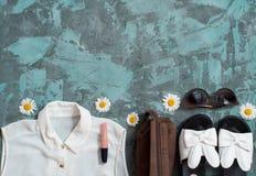 Bakgrund för sommarferie, för strandkvinnor för lägenhet lekmanna- tillbehör för ` s: sugrörhatt, armband, lädersandaler, solexpo Royaltyfri Foto