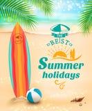 Bakgrund för sommarferier - surfingbräda på mot stranden och vågor också vektor för coreldrawillustration Royaltyfri Foto