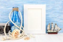 Bakgrund för sommarsemester med den tomma fotoramen och snäckskal Fotografering för Bildbyråer