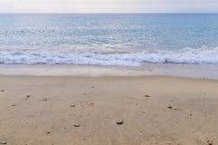 Bakgrund för strand för slut och för sand för havvåg Royaltyfri Foto