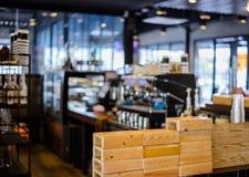 Bakgrund för suddighet för coffee shoplagerfokus Royaltyfri Fotografi