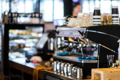 Bakgrund för suddighet för coffee shoplagerfokus Royaltyfria Bilder