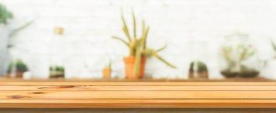 Bakgrund för tabell för träbräde tom bästa suddig Brun wood tabell för perspektiv över suddighet i coffee shopbakgrund Arkivfoto