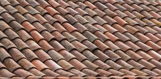 Bakgrund för taktegelplatta - gammal keramisk belagd med tegel takcloseup royaltyfri foto