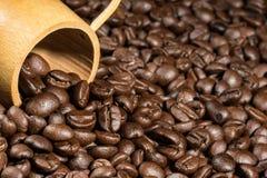 Bakgrund för textur för kaffebönor med bambukoppen Royaltyfria Bilder