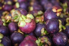 Bakgrund för textur för tropisk frukt för Mangosteen som är till salu i fruktmarknaden royaltyfri fotografi