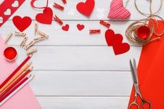 Bakgrund för urklippsbok för valentindag handgjord, snitt och deghjärtakort Arkivbilder