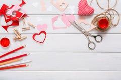 Bakgrund för urklippsbok för valentindag handgjord, snitt och deghjärtakort Fotografering för Bildbyråer