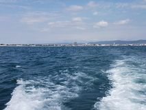 Bakgrund för våg för Black Sea yttersidasommar Sikt från yachten Exotisk seascape med moln och staden på horisont Havsnaturlugn Arkivfoto