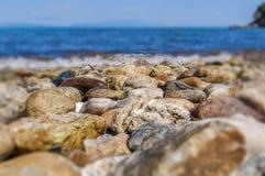 Bakgrund för våg för blurr för sten för havskust Arkivbilder