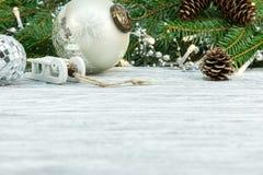 Bakgrund för vinterferie med julgarneringar arkivbilder