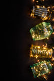 Bakgrund för vinterferie: tappningvaser och julljus, garnering, svart bakgrund Bästa sikt, kopieringsutrymme Arkivbilder