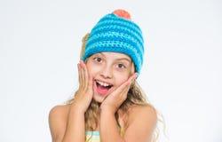 Bakgrund för vit för framsida för långt hår för flicka lycklig Varm mjuk stucken blå hatt för ungekläder Skillnad mellan handarbe royaltyfria bilder