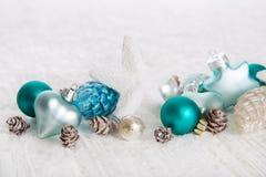 Bakgrund för vit jul med snö och bollar i turkos som är blå royaltyfria bilder