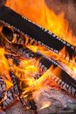 Bakgrund för wood brand för BBQ brännande Arkivbild