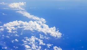 Bakgrund f?r bl? himmel och vita moln mjuk fokus, b?sta sikt och kopieringsutrymme arkivfoto