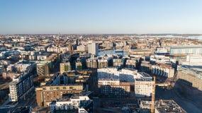 Bakgrund f?r konstruktionsplats Hissa kranar och nya mång--våning byggnader på solnedgången industriell bakgrund Jatkasaari Helsi arkivbild
