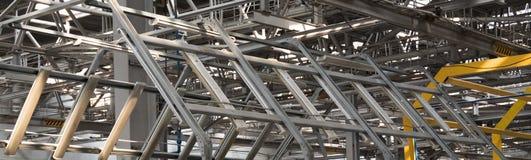 Bakgrund f?r metallkonstruktionsabstrakt begrepp Teknologiskt rum i en fabrik eller en industriell lätthet Mellanrum f?r baner royaltyfri foto