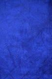 Bakgrund från ett mörker - blått gör perfekt mockaskinntyg Royaltyfri Bild