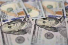 Bakgrund från flera handred-dollar sedlar Arkivfoton