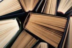 Bakgrund från gamla och använda inbunden bokböcker arkivfoto