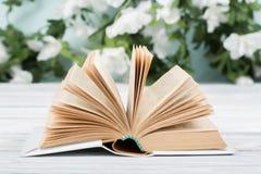 Bakgrund från gamla och använda inbunden bokböcker Royaltyfri Fotografi