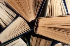 Bakgrund från gamla och använda inbunden bokböcker Royaltyfri Bild