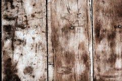 Bakgrund från gamla slitna smutsiga träbräden som göras av kryssfaner och bultat rostigt, spikar arkivfoton
