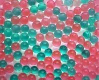 Bakgrund från gräsplan- och rosa färgbollar Royaltyfri Foto