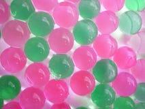 Bakgrund från gräsplan- och rosa färgbollar Arkivfoto