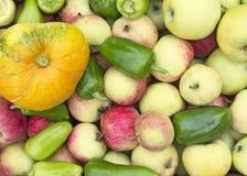 Bakgrund från gröna äpplen, pumpor och peppar Fotografering för Bildbyråer