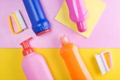 Bakgrund från lokalvårdprodukter av ett rengörande företag i en rosa och gul tabell arkivbilder