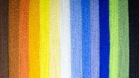 Bakgrund från mång--färgade trådar En regnbåge av tråden Royaltyfria Bilder