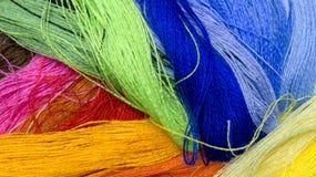 Bakgrund från mång--färgade trådar Färger av tråden Royaltyfria Bilder