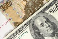 Bakgrund från rubel och dollar Arkivbilder