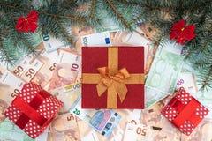 Bakgrund från sedlar av olikt värde Många gåvor, granfilialer, julatmosfär Top beskådar xmas för kortillustrationvektor fotografering för bildbyråer