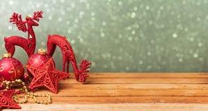 Bakgrund för julwebsitebaner med garneringar på trätabellen Royaltyfri Fotografi
