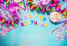Bakgrund för lycklig födelsedag med bokstäver, kakan, drinkar och rosa festlig garnering på sjaskig chic träbakgrund för turkosbl Royaltyfri Fotografi