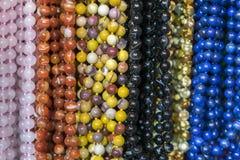 Bakgrund fr?n pryder med p?rlor pärlor marknadsför halsband arkivfoto