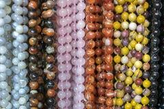 Bakgrund fr?n pryder med p?rlor pärlor marknadsför halsband royaltyfria foton