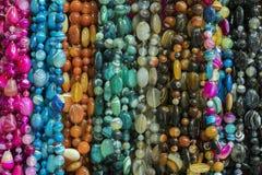 Bakgrund fr?n pryder med p?rlor pärlor marknadsför halsband royaltyfri foto