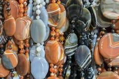 Bakgrund fr?n pryder med p?rlor pärlor marknadsför halsband royaltyfria bilder