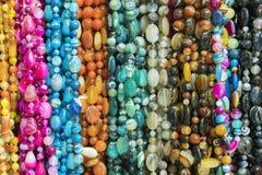 Bakgrund fr?n pryder med p?rlor pärlor marknadsför halsband arkivbild