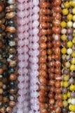 Bakgrund fr?n pryder med p?rlor pärlor marknadsför halsband Vertikalt foto arkivbild