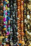 Bakgrund fr?n pryder med p?rlor pärlor marknadsför halsband Vertikalt foto fotografering för bildbyråer