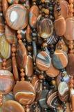 Bakgrund fr?n pryder med p?rlor pärlor marknadsför halsband Vertikalt foto royaltyfri fotografi