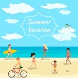 Bakgrund för sommarsemester Folk på strandpartiet Arkivfoto