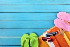 Bakgrund för sommarvactionstrand, flipmisslyckanden, solglasögon, kopieringsutrymme Royaltyfri Fotografi