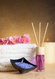 Bakgrund för Spa massagegräns med den staplade handduken, den salta doftdiffusorn och havet Fotografering för Bildbyråer