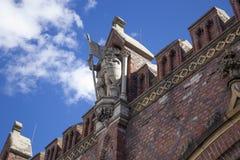 Bakgrund gammal fästning för röd tegelsten på blå himmel background9 arkivbilder